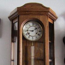 Relojes de pared: ANTIGUO RELOJ DE CUERDA MECÁNICA DE PARED ALEMÁN AÑO PERIODO 1950 1960 FUNCIONA Y DA SUS CAMPANADAS. Lote 199052872