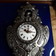 Relojes de pared: RELOJ DE PARED,DE CUERDA,DE METAL,44X26CM. Lote 200010327