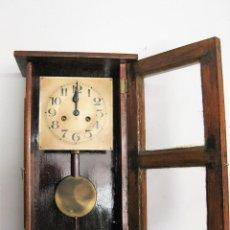 Relojes de pared: ANTIGUO RELOJ DE PARED RESTAURADO, FUNCIONANDO CON SU LLAVE ORIGINAL. Lote 200781883