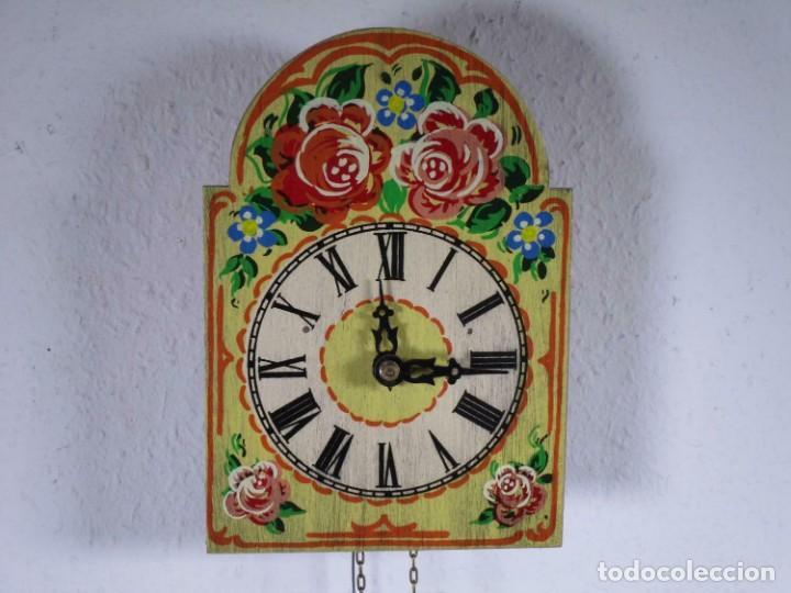 PRECIOSO DE MADERA PINTADA A MANO RELOJ DE PARED, COLORIDO FLORES, 18,5 X 13 CM, CON PESO + PÉNDULO (Relojes - Pared Carga Manual)