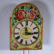 Relojes de pared: PRECIOSO DE MADERA PINTADA A MANO RELOJ DE PARED, COLORIDO FLORES, 18,5 X 13 CM, CON PESO + PÉNDULO. Lote 201200136