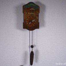 Relojes de pared: ANTIGUO MADERA GRABADA PINTADA MANO RELOJ DE PARED,ALEMAN 17,5X10 CM, CON PESO + PÉNDULO. Lote 201202493