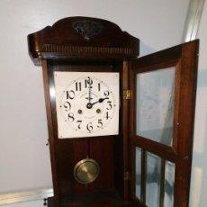 Relojes de pared: RELOJ ANTIGUO DE PARED A CUERDA CON LLAVE FUNCIONANDO. DISEÑO VINTAGE MADERA FABRICACIÓN EN ALICANTE. Lote 237501540