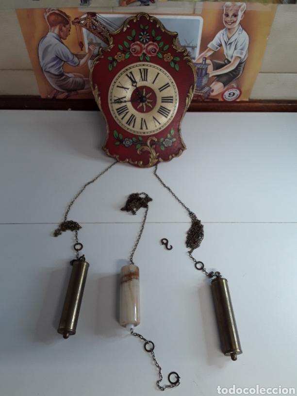 RELOJ DE PARED EN MADERA PINTADA A MANO DE PRINCIPIOS DE EL SIGLO XX (Relojes - Pared Carga Manual)