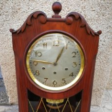 Orologi da parete: PRECIOSO RELOJ DE PARED PÉNDULO A CUERDA, AÑOS 50-60S. 64X35X17CM.. Lote 203883150