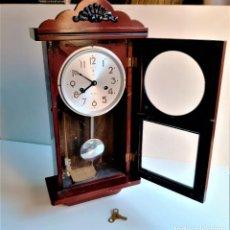 Relojes de pared: RELOJ DE PARED MECANICO MADERA DE PENDULO CON SU LLAVE - FUNCIONA PERFECTAMENTE - 59 X 28 X 13.CM. Lote 204723706