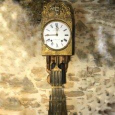 Relojes de pared: ANTIGUO RELOJ MOREZ ORIGINAL SIGLO XIX. COMPLETO CON LLAVE Y SOPORTE DE MADERA. Lote 205679443