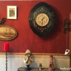 Relojes de pared: ANTIGUO RELOJ DE PARED OJO DE BUEY INCRUSTACIONES EN NACAR. Lote 207924731