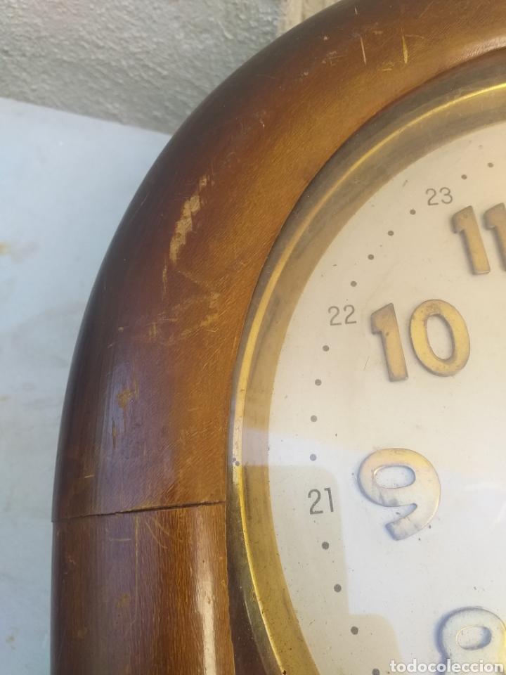 Relojes de pared: BONITO RELOJ DE PARED, CARGA MANUAL CAJA DE MADERA - Foto 12 - 208750342