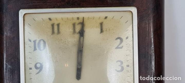 Relojes de pared: RELOJ DE PARED. METAL SIMIL MADERA. MAQUINARIA SUIZA. SIN MARCA. CIRCA 1960. - Foto 3 - 210096041