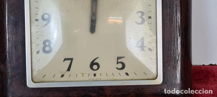 Relojes de pared: RELOJ DE PARED. METAL SIMIL MADERA. MAQUINARIA SUIZA. SIN MARCA. CIRCA 1960. - Foto 4 - 210096041