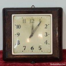 Relojes de pared: RELOJ DE PARED. METAL SIMIL MADERA. MAQUINARIA SUIZA. SIN MARCA. CIRCA 1960.. Lote 210096041