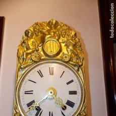 Relojes de pared: ANTIGUO RELOJ MOREZ FRANCES DE CHAPA - MOTIVO VENDIMIA. Lote 210564856