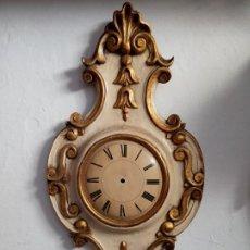 Relojes de pared: ANTIGUO RELOD DE MADERA TALLADA POLICROMADA NUMEROS PINTADO A MANO- FIRMADO A FRANCO. Lote 210580201