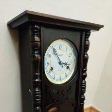 Relojes de pared: RELOJ DE PARED DE CARGA MANUAL. 31 DÍAS, SILVAN. MEDIDAS 54X27X15CM. Lote 213790595