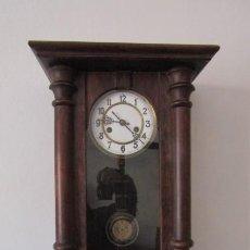 Relojes de pared: ANTIGUO RELOJ DE CUERDA MECÁNICA DE PARED ALEMÁN AÑO PERIODO 1920 1930 FUNCIONA Y DA SUS CAMPANADAS. Lote 214036570