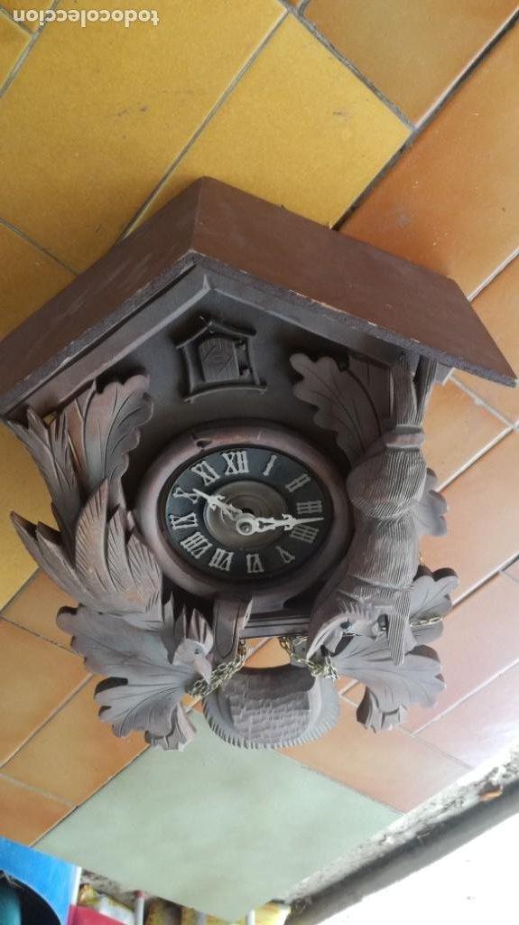 RELOJ CUCO EN MADERA TIENE MAQUINARIA FALTAN PESAS PARA RESTAURAR (Relojes - Pared Carga Manual)