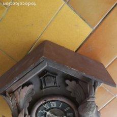 Relojes de pared: RELOJ CUCO EN MADERA TIENE MAQUINARIA FALTAN PESAS PARA RESTAURAR. Lote 214459650