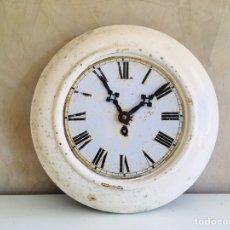 Relojes de pared: ANTIGUO RELOJ MECÁNICO DE PARED DE OFICINA CON MÁQUINA MECANICA DE CUERDA Y ESFERA DE NÚMEROS MIXTOS. Lote 215495435