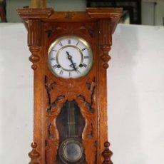 Relojes de pared: RELOJ CUERDA DE PARED DE MADERA TALLADA. Lote 234427495