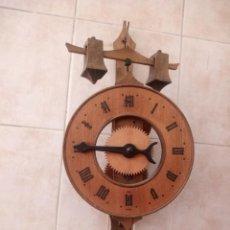 Relojes de pared: RELOJ DE PARED SUIZO DE MADERA 2 PIEDRAS COMO PESAS FOLIOT MEDIEVAL HECHO A MANO ,REPRODUCCION. Lote 234715680
