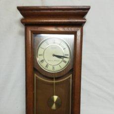 Relojes de pared: RELOJ PARED EN MADERA MACIZA CON PENDULO. SEIKO QUARTZ. III. Lote 245389655