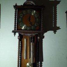 Relojes de pared: ANTIGUO RELOJ CON MUEBLE DE PARED CON PESAS Y PENDULO NUEVO. Lote 236081795