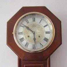 Relojes de pared: RELOJ ANTIGUO DE PARED MECÁNICO CON SU PÉNDULO - LA CUERDA DURA 31 DÍAS DA SUS CAMPANADAS Y FUNCIONA. Lote 219320346