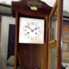 Relojes de pared: RELOJ DE PARED COMPLETO PARA ARREGLAR O REPUESTOS, CON LLAVE, PENDULO MAS. Lote 219328462