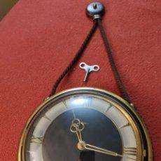 Relojes de pared: ANTIGUO RELOJ MARINERO MECANICO CUERDA CON LLAVE 23 CM DIAMETRO LONG. TOTAL 53 CM ART DECÓ AÑOS 40. Lote 221425088