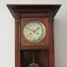 Relojes de pared: ANTIGUO RELOJ DE CUERDA MECÁNICO DE PÉNDULO DE PARED ALEMÁN AÑO 1920 1930 NO FUNCIONA Y FALTA LLAVE. Lote 221707505