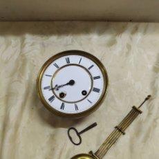 Relojes de pared: ANTIGUA MAQUINARIA DE RELOJ CON PÉNDULO Y LLAVE. Lote 221721512