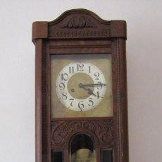 Relojes de pared: ANTIGUO RELOJ CUERDA MECÁNICO A LLAVE ANTIGUO DE PARED ALEMÁN CON PÉNDULO Y CAMPANADAS AÑO 1910 1920. Lote 221929928