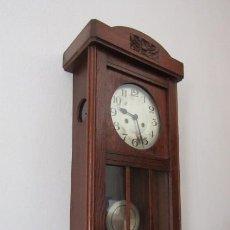 Relojes de pared: ANTIGUO RELOJ CUERDA MECÁNICO A LLAVE ANTIGUO DE PARED ALEMÁN CON PÉNDULO Y CAMPANADAS AÑO 1910 1920. Lote 222361040