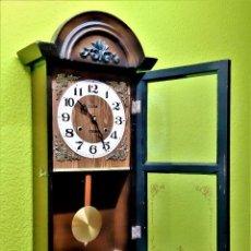 Relojes de pared: PRECIOSO RELOJ MECANICO DE PARED CON SONAJERIA Y PENDULO + LLAVE - 69.CM ALTO X 31 X 13.CM MADERA. Lote 222595246