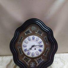 Relojes de pared: PRECIOSO RELOJ ANTIGUO OJO DE BUEY CON INCRUSTACIONES DE NÁCAR NÚMEROS ESMALTADOS. Lote 222837308