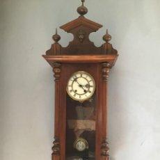 Relojes de pared: RELOJ DE PARED EN MADERA DE NOGAL PRINCIPIOS SIGLO XX - FUNCIONANDO. Lote 226385235