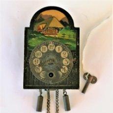 Relojes de pared: ANTIGUO RELOJ DE PARED EN MINIATURA,PINTADO A MANO,CON LLAVE ORIGINAL,POSIBLE CASA DE MUÑECAS. Lote 226438900