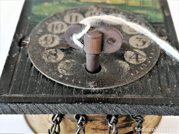Relojes de pared: ANTIGUO RELOJ DE PARED EN MINIATURA,PINTADO A MANO,CON LLAVE ORIGINAL,POSIBLE CASA DE MUÑECAS - Foto 4 - 226438900