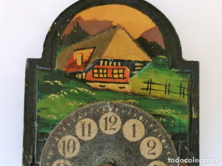 Relojes de pared: ANTIGUO RELOJ DE PARED EN MINIATURA,PINTADO A MANO,CON LLAVE ORIGINAL,POSIBLE CASA DE MUÑECAS - Foto 6 - 226438900