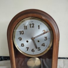 Relojes de pared: RELOJ ANTIGUO DE PARED, CARGA MANUEL, CAJA DE MADERA. CAPILLA.. Lote 227716335