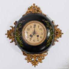 Relojes de pared: RELOJ DE PARED REDONDO CON MOTIVOS FLORALES Y DECORACIÓN EN METAL DORADO ‐ ALTURA 35 X LARGO 32CM. Lote 230152870