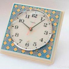Relojes de pared: RELOJ VINTAGE DE COCINA O PARED RETRO DIEHL ELECTROMECÁNICO, NUEVO DE ANTIGUO STOCK! FUNCIONA.. Lote 230576820