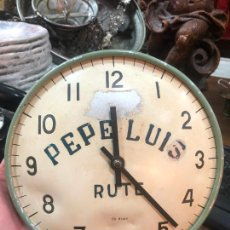 Relojes de pared: ANTIGUO RELOJ METALICO DE CUERDA PARA PARED - PUBLICIDAD PEPE LUIS DE RUTE - MEDIDA 21,5 CM. Lote 231200865