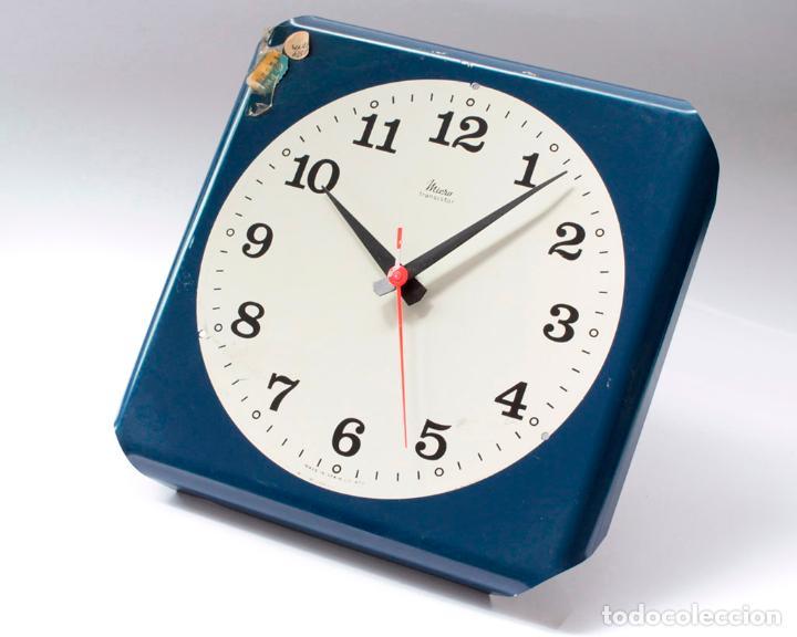 RELOJ VINTAGE DE COCINA O PARED MICRO ELECTROMECÁNICO, DE ANTIGUO STOCK! NO FUNCIONA, FALTA CRISTAL (Relojes - Pared Carga Manual)
