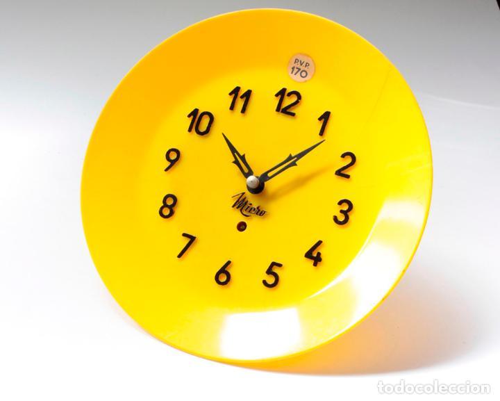 RELOJ VINTAGE DE COCINA O PARED MICRO MECÁNICO PLATO, DE ANTIGUO STOCK! NO FUNCIONA. VER FOTOS (Relojes - Pared Carga Manual)