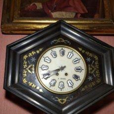 Relojes de pared: ANTIGUO RELOJ DE PARED OJO DE BUEY, CON SU LLAVE SÍGLO XIX. Lote 232241960