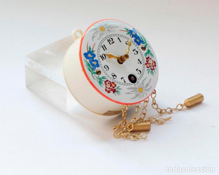 Relojes de pared: Reloj alemán miniatura vintage de pesas esmaltado a cuerda, NUEVO de antiguo stock! - Foto 3 - 234921990
