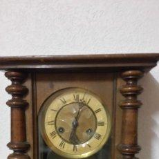 Relojes de pared: ANTIGUIO RELOG DE PAREDE ANOS 40,50 EN MADEIRA ESTA A FONCIONA Y TOCA LAS HORAS Y MEDIAS HORAS. Lote 235195270