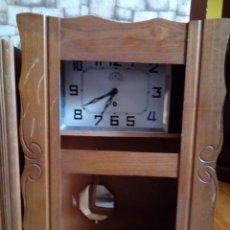 Relojes de pared: ANTIGUO RELOJ DE CUERDA. Lote 235851850